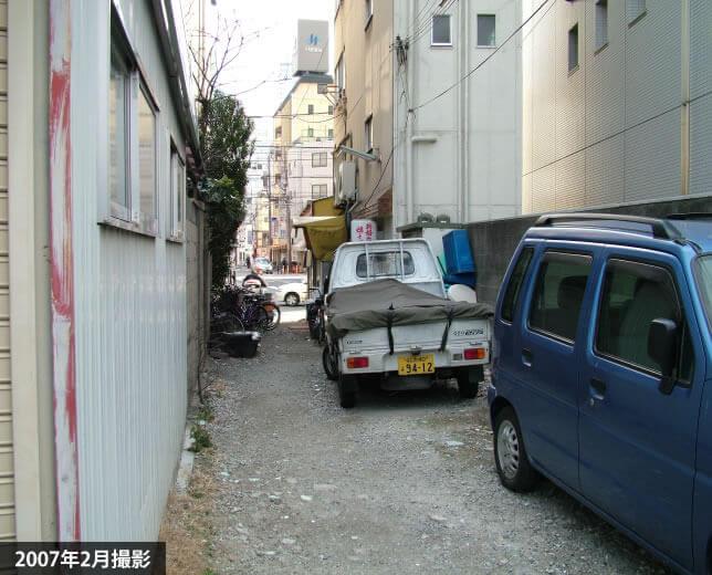 裏門から京橋へ抜ける細い道